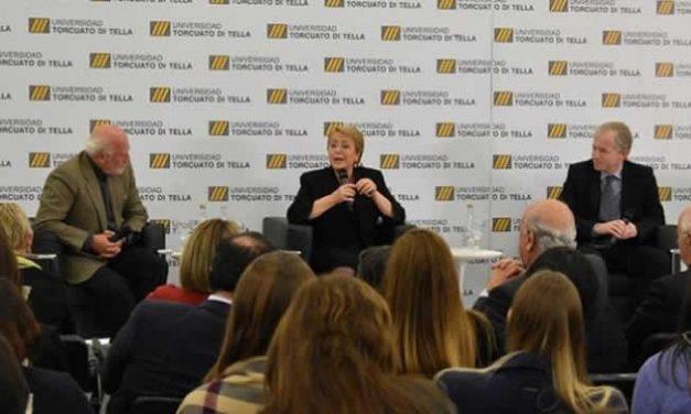 """Bachelet advirtió en clase magistral en Argentina """"riesgo de una restauración conservadora"""" en Chile"""