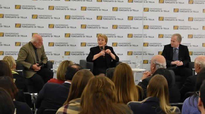 """Bachelet advirtió en clase magistral en Argentina «riesgo de una restauración conservadora"""" en Chile"""