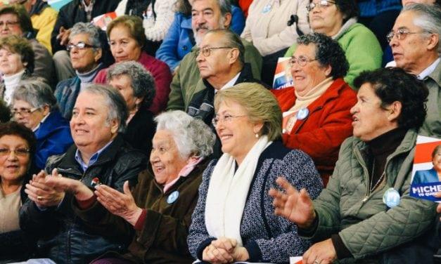 """LA PRESIDENTA SE """"PUSO LAS PILAS""""  CON LOS ADULTOS MAYORES"""