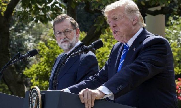 RAJOY A DOS BANDAS: TRUMP LE DICE EN EE UU QUE CATALUÑA DEBE SEGUIR UNIDA A ESPAÑA, Y EN MADRID Felipe González lo ACUSA DE DICTADOR