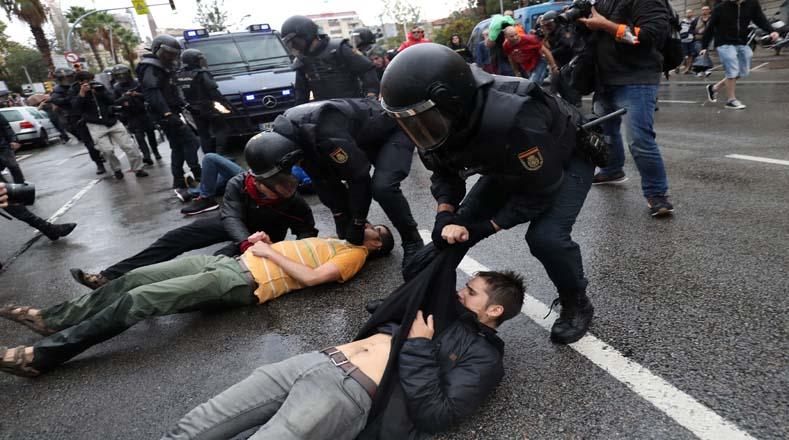 BAJO BRUTAL VIOLENCIA POLICIAL LOS CATALENes VOTARON Y ANUNCIAN AHORA DECLARAR UNITALERALMENTE LA INDEPENDENCIA