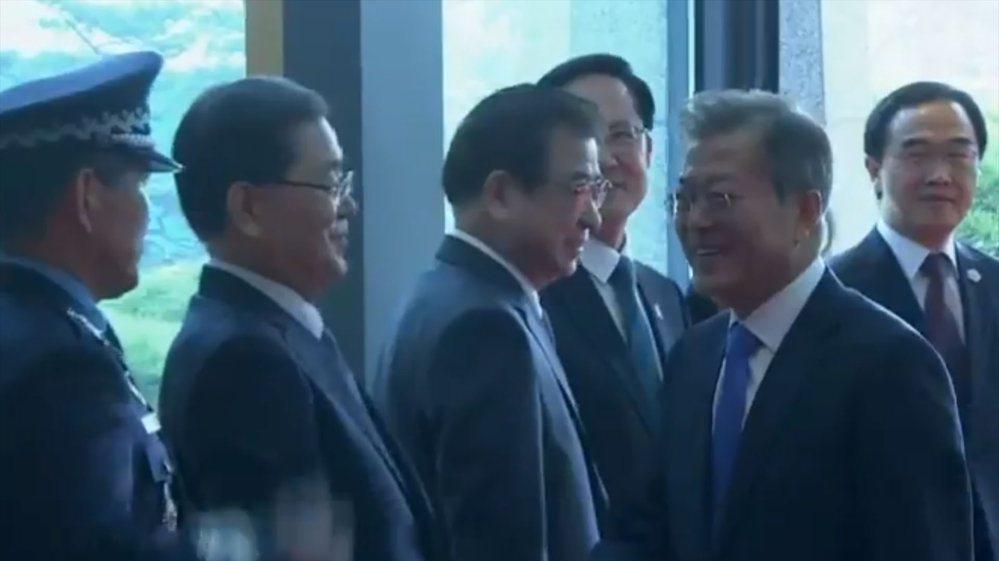 Presidentes de las dos Coreas se dieron la mano en la Zona Desmilitarizada y comenzó cumbre histórica