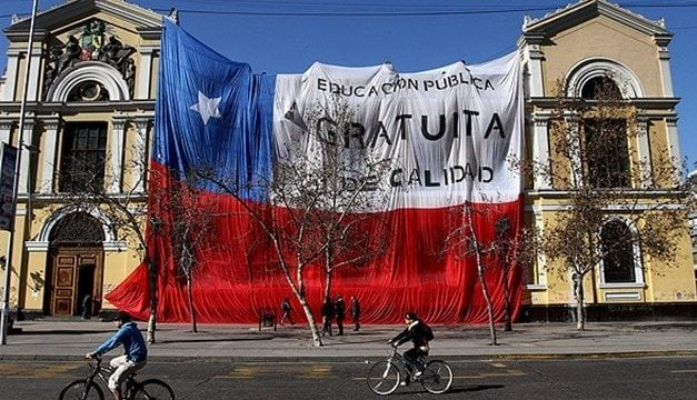 """LA EDUCACIÓN SIGUE """"penando"""" en Chile: Cada chileno debería aportar a la """"gratuidad educacional"""" $ 191.825"""