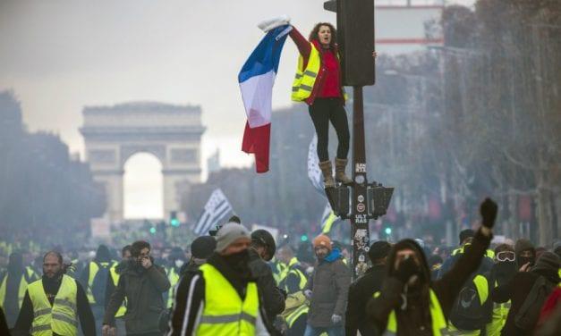 Sobre chalecos amarillos y piedras: Francia, Macron y otras hierbas