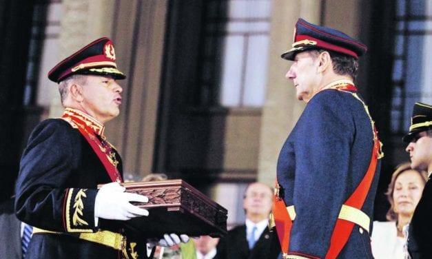 Pinochet robó, se fue y no pagó – Los generales de hoy roban casi igual, pero se van a «la capacha»
