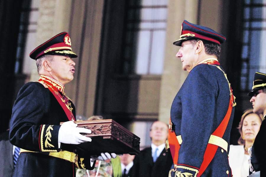 Pinochet robó, se fue y no pagó – Los generales de hoy roban,  son condenados y pagan con «la capacha»