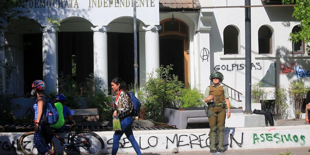 Dos mujeres de derecha en apuros y afligidas por los destrozos: Matthei y van Rysselberghe