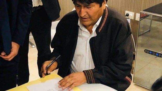 Evo existe y se acerca a Bolivia tras cambiar su asilo mexicano por Argentina