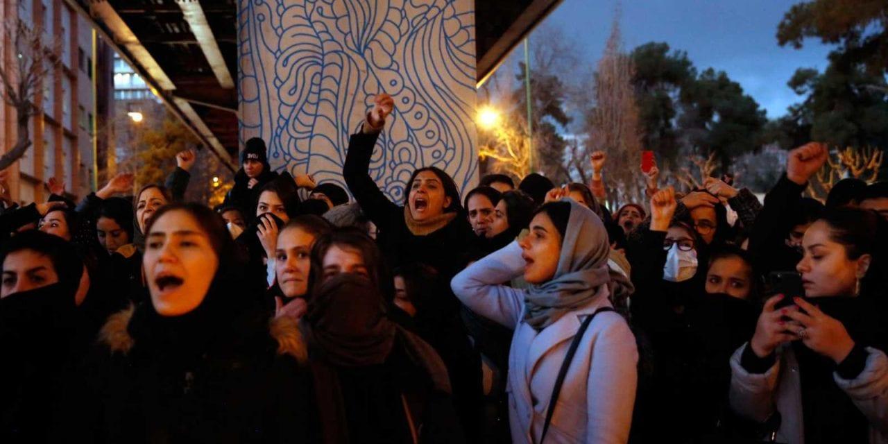 Iraníes salen a las calles en protesta por el derribo del avión ucraniano que dejó 176 muertos y piden el fin del régimen teocrático