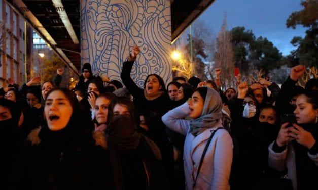 Iranies salen a las calles en protesta por el derribo de un avión ucraniano que dejó 176 muertos y piden el fin del régimen teocrático iraní