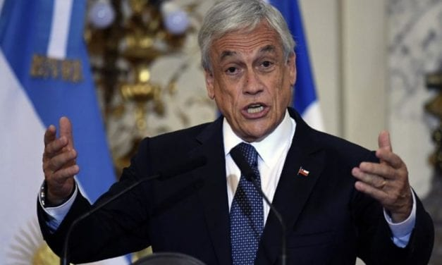 ¿País bien raro? Caen la economía, el mercado laboral, la salud, y la sociabilidad chilena, pero suben Piñera y el dólar