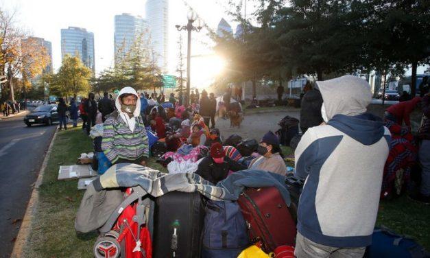 400 bolivianos que durmieron varios días en una calle de Santiago podrán viajar finalmente a su país