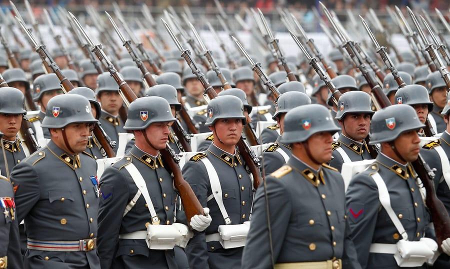 Baja la evaluación del Presidente Piñera y suben las del Ejército, Carabineros y Colegio Médico