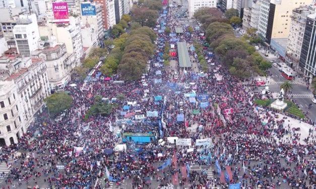 Masiva protesta contra el gobierno de Fernández en Argentina al que califican de autoritario y escasa visión económica