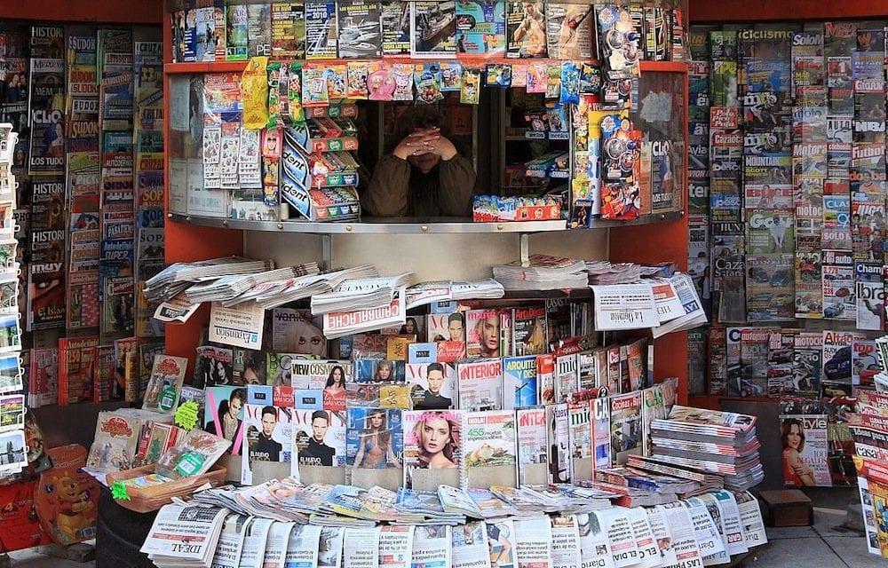 Los diarios y revistas que aún quedan en los kioscos están amenazados con la desaparición por la pandemia