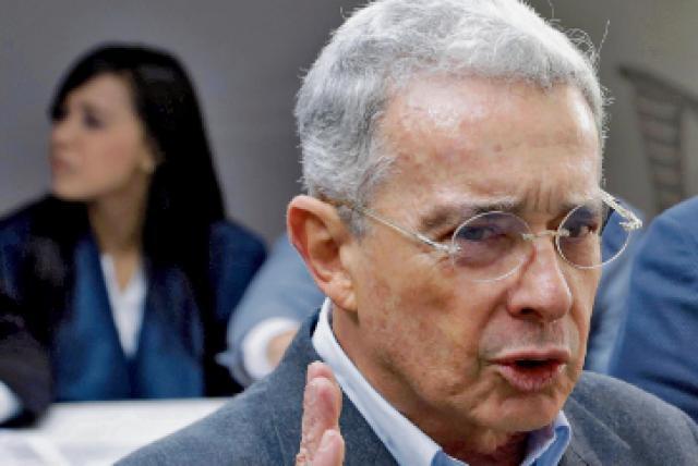El detenido presidente colombiano Alvaro Uribe, de extrema derecha, renunció a su sillón senatorial