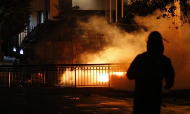 Chile: A la cárcel con manifestante que atacó a carabineros con bombas incendiarias en la plaza baquedano