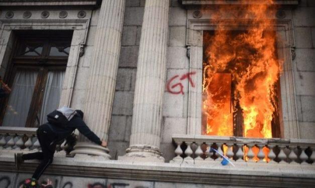A los guatemaltecos no les gustó el presupuesto de la nación para 2021 e incendiaron el Parlamento en una protesta