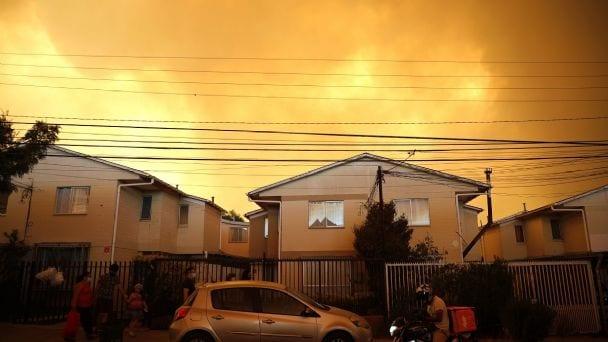 Extremistas que desean destruir Chile habrían provocado incendio forestal en la zona de Peñuelas- Quilpué – Seis viviendas afectadas