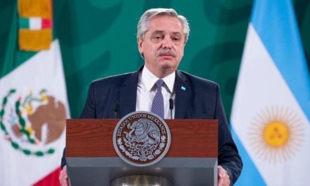 """Desde México el Presidente Alberto Fernández calificó de """"una payasada"""" el escándalo de la vacunación vip"""