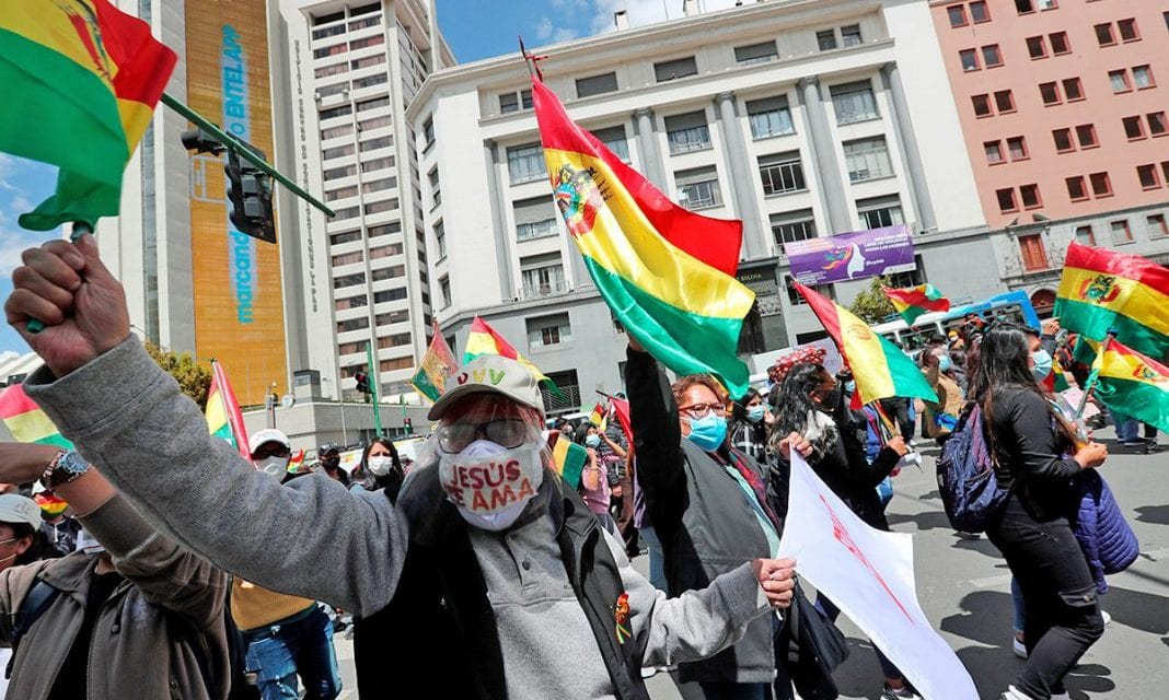 Bolivia está al borde de gran hoguera – Manifestaciones del Gobierno y oposición se incrementan y detienen al ex comandante del Ejército