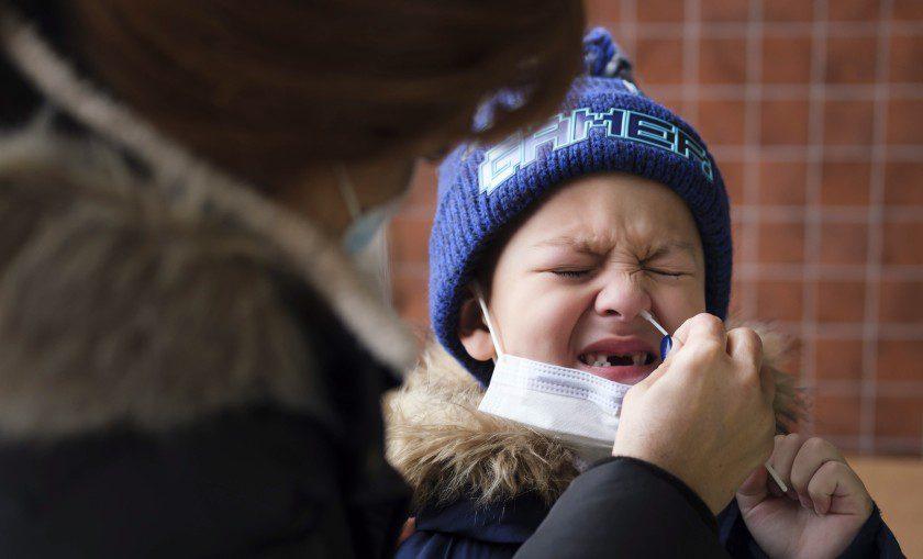 Los contagios por covid en niños se quintuplicaron en Estados Unidos
